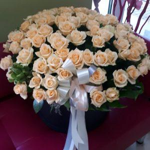 101 кремовая роза в шляпной коробке фото