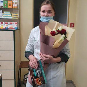 вручение букета 7 роз с конфетами